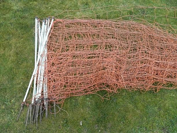 """Ganykla, kurioje ganėsi užpultos avys, buvo aptverta tokiu elektriniu tinklu (GAA """"Baltijos vilkas"""" nuotr.)"""