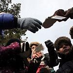 Rimo Pakerio nuotrauka. Kursų dalyviai apžiūri gipsinius pėdsakus